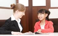 会話をする小学生と講師